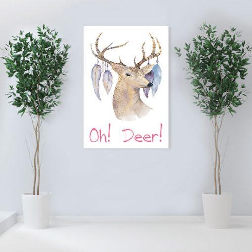 dekoracja z głowa jelenia i piórami