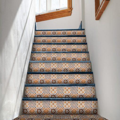 piękna dekoracja schodów naklejkami marokańskimi