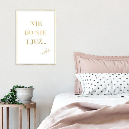 metaliczny plakat w sypialni