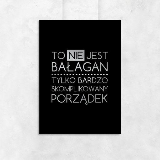 Czarny plakat z posrebrzanym napisem