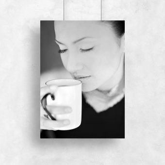 Plakat z kobietą z kubkiem