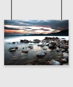 Plakat jezioro i białe kamienie