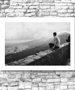 Czarno-biały plakat z mężczyzną na murze