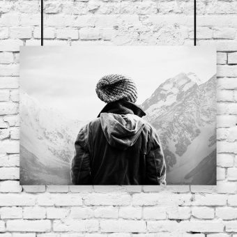 Plakat czarno-biały z turystą