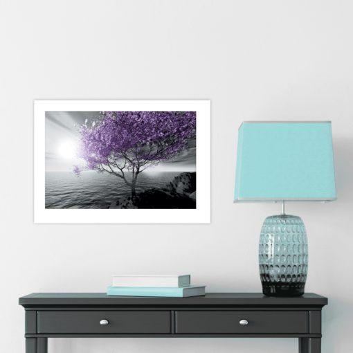 plakat morze i fioletowe drzewo