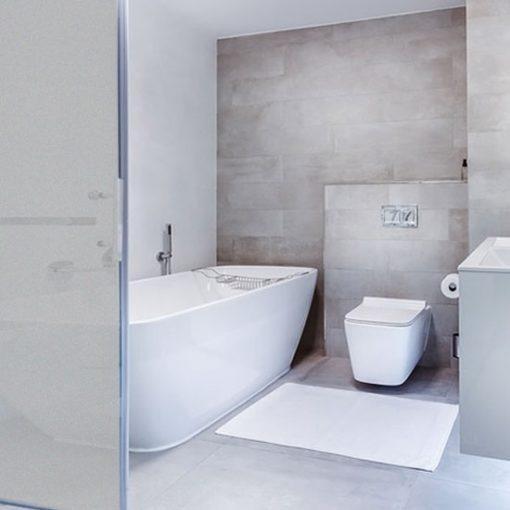 naklejki matujące szyby w kabinach prysznicowych