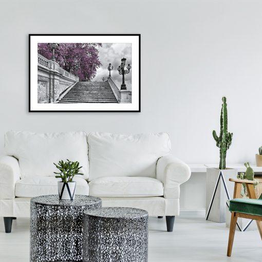plakat czarno-biały z fioletowym drzewem