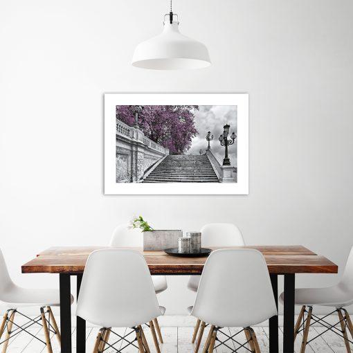 plakat schody i fioletowe drzewo