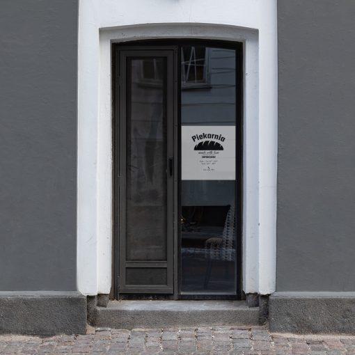 folia na drzwi z godzinami otwarcia