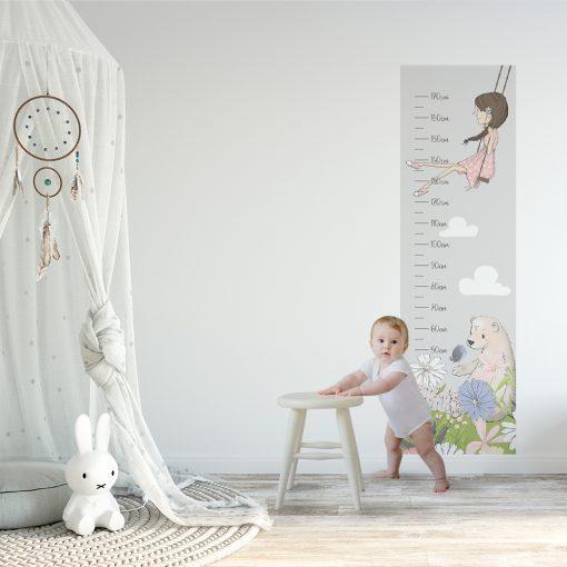 samoprzylepna miarka wzrostu dziewczynka na huśtawce
