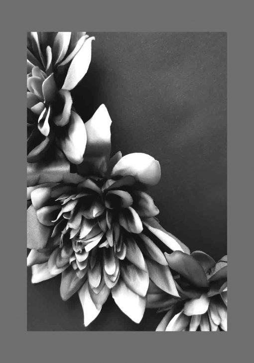Plakat z kwiatami czarno-białymi