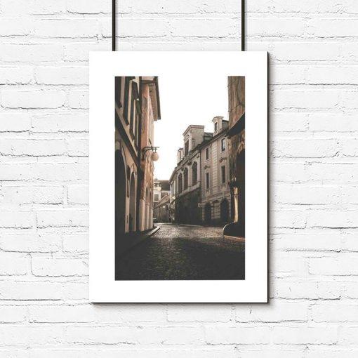 beżowy plakat z białą ramą - uliczka