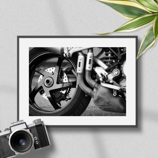 Plakat z elementem motoru