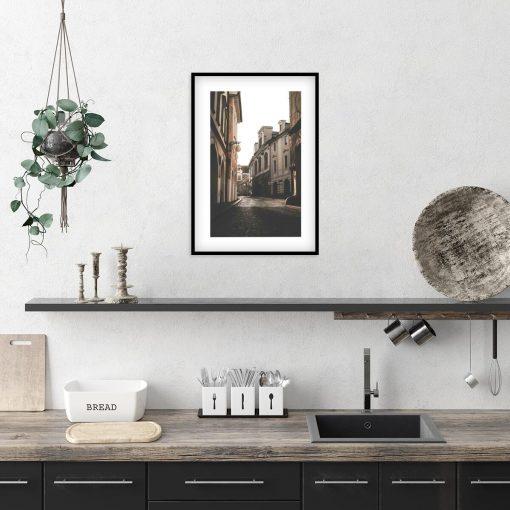 gabinet dekorowany plakatem z minimalistycznym motywem kamienicy