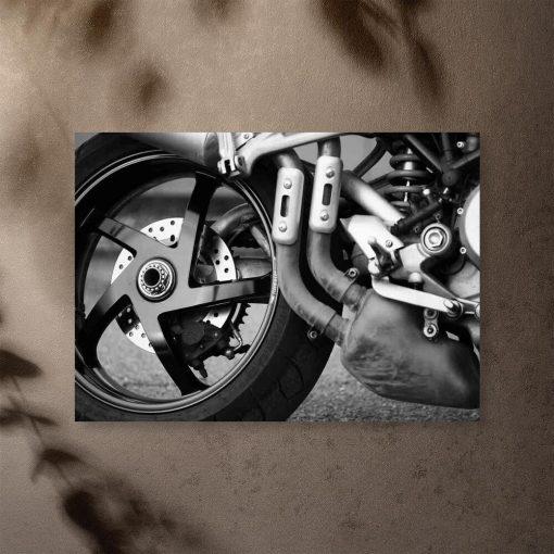 Czarno-biały plakat z motorem