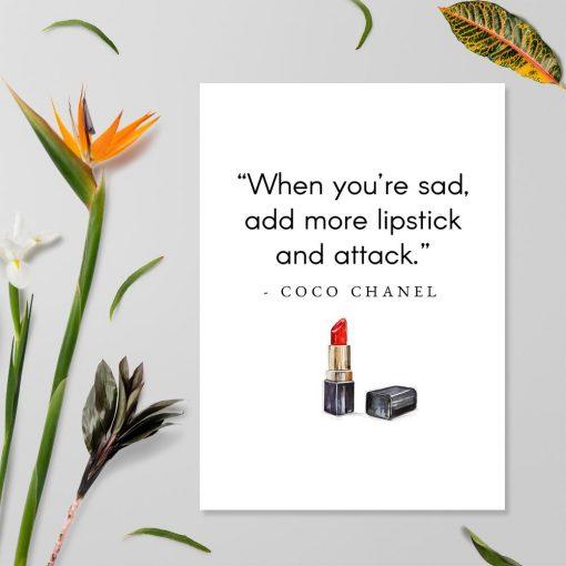 Plakat z cytatem Coco Chanel do sypialni