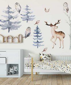 pokój dziewczynki dekorowany naklejkami z lasem