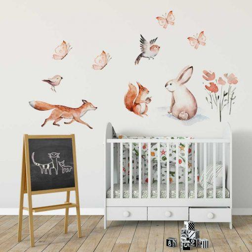 pokoik niemowlaka dekorowany ściennymi pastelowymi naklejkami