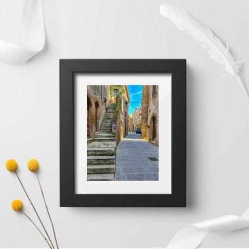 Plakat z kamienną uliczką w Toskanii