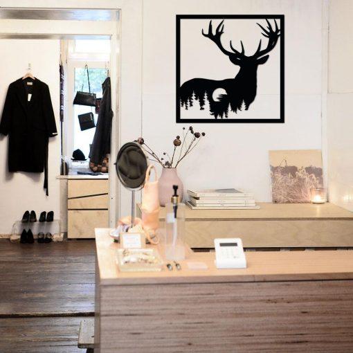 Ażurowa dekoracja z jeleniem w leśnej scenerii