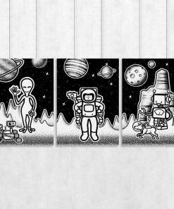 Trzy plakaty z kosmosem w czarno-białych kolorach